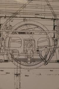 Drivaxel med lagerbox. Till vänster om lagerboxen - den fyrkantiga detaljen runt hjulaxeln - syns en smal vertikal detalj; det är hornblocket, lagerboxens lageryta mot ramverket. Till höger om lagerboxen syns en kilformad detalj - det är ställkilen, med vilken spelet mellan lagerbox, hornblock och ställkil ställs in.