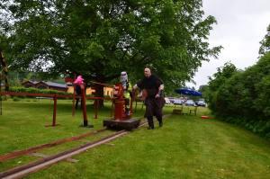 I stationsträdgården hade vi vår egen variant av riddarspel med Lars i full galopp.