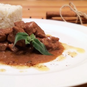 Spicy veal stew with white rice