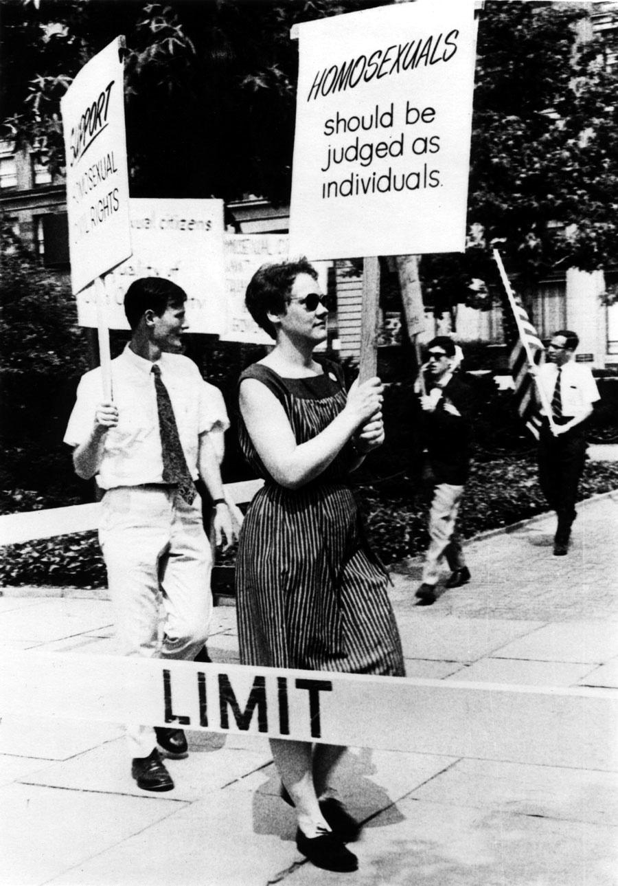 Barbara Gitting demonstrating