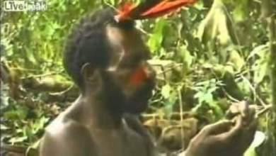 Photo of بالفيدو: قبيلة بدائية تقع في غابات الأمازون تقابل رجل أوروبي لأول مرة وكأنهم يرونه كائن غريب !