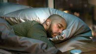 "Photo of سماعات الأذن والنوم.. شاب يدفع ثمن ""الخطأ المدمر"" غاليا"