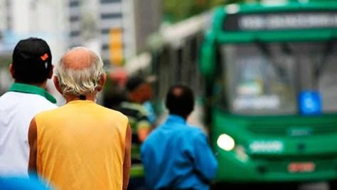 Sênior esperando o ônibus