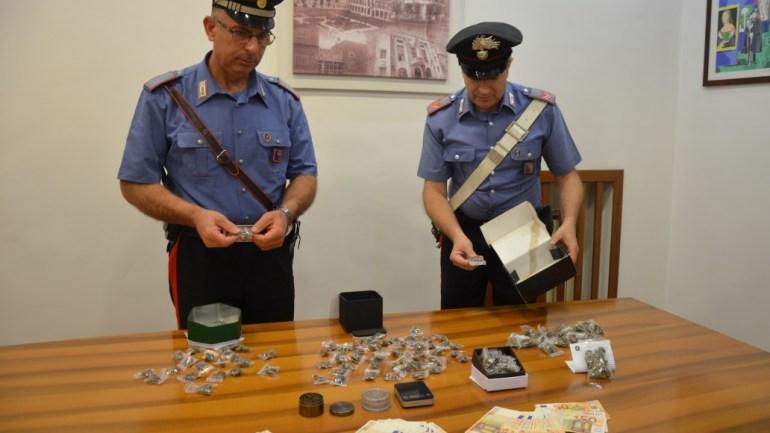 Spaccio a scuola, 18enne arrestato con 196 grammi di droga e 3200 euro im contanti