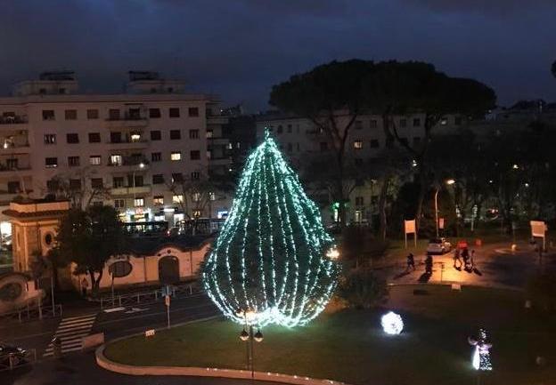 Ospedale San Camillo – Forlanini: le sfere luminose e l'albero per Natale di solidarietà nel segno della collaborazione