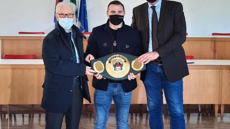 """Fondi. Maschietto incontra il campione mondiale di boxe Michael """"Lonewolf"""" Magnesi"""