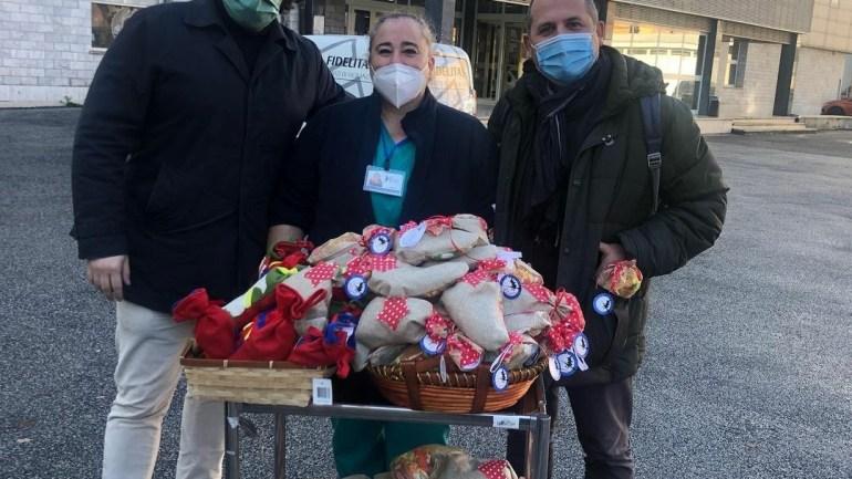 """Roma, le calzette di """"Assotutela"""" all'ospedale San Giovanni"""