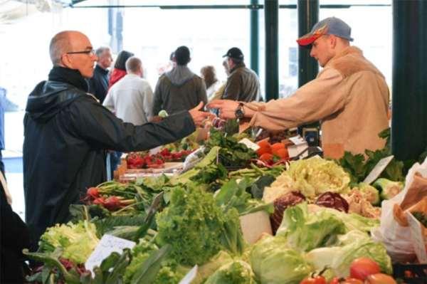 Un cliente fa acquisti presso un farmer's market