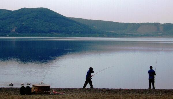 Due pescatori sulle rive del lago di Vico