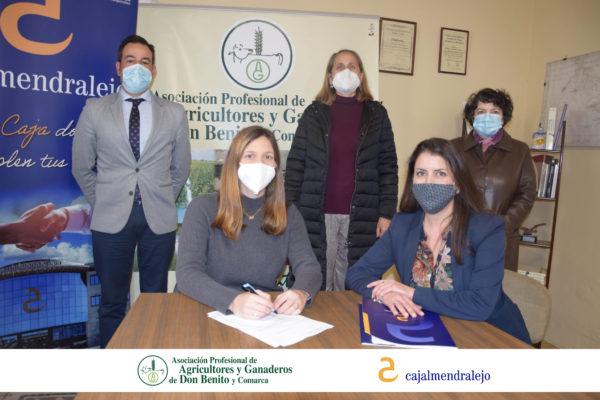 Cajalmendralejo firma nueva colaboración con la Asociación de Agricultores Don Benito