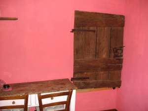 Camera 7 - Scrivania Antica ed Armadio a Muro...