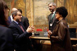 AgroNetwork News - Il senatore Francesco Mollame discute con Federica Argentati, presidente del Distretto Produttivo Agrumi di Sicilia, e Giangiacomo Pierini dirigente di Coca-Cola HBC.