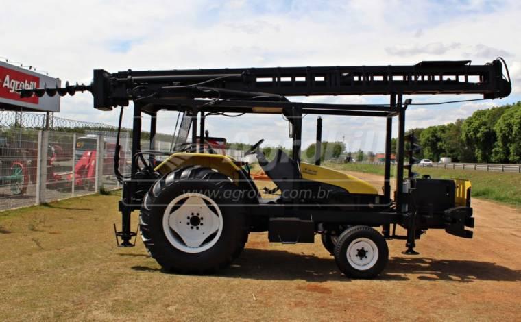 PERFURATRIZ ano 2012 montado em TL 75 4×2 ano 2012 para até 14 metros de profundidade - Tratores - Laroca - Agrobill - Tratores, Implementos Agrícolas, Pneus