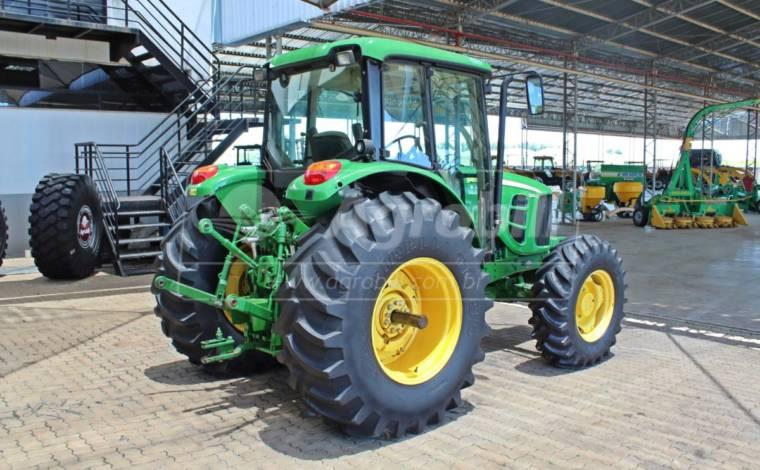 Trator John Deere 6110 J 4×4 câmbio Power Quad ano 2015 - Tratores - John Deere - Agrobill - Tratores, Implementos Agrícolas, Pneus