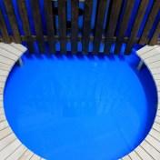 Banc installé dans un bain nordique avec coque polypropylène bleu