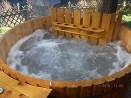 Bain nordique en bois équipé d'un jacuzzi