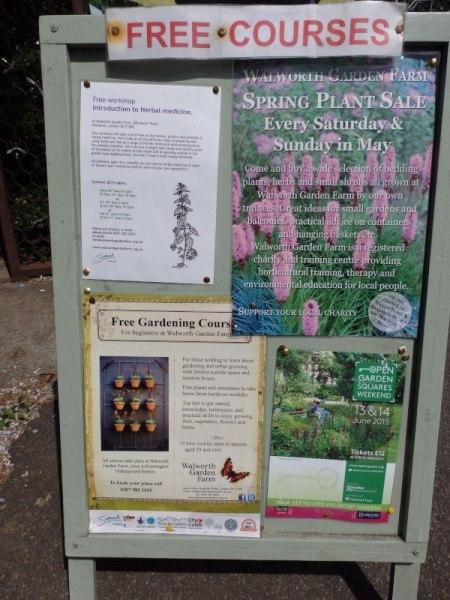 Tablón de anuncios en la entrada del Walworth Garden Farm