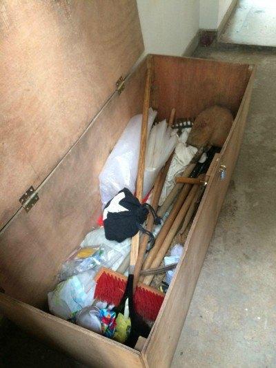 Los armarios o cajones con aperos normalmente se encuentran fueran de la zona de huerta para ganar espacio.