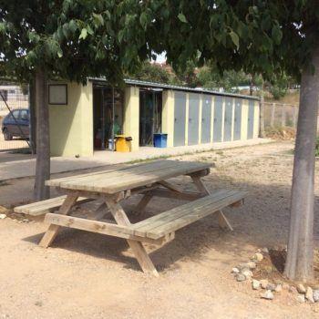 Zona de descanso en área de huertos compartidos.