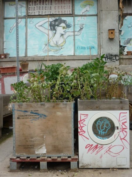 Jardineras hechas con lavadora y caja de madera