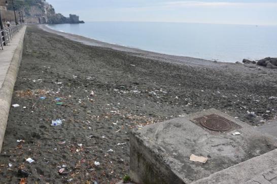 maiori-spiaggia-sporca-sabato-ci-provano-a-pulirla-i-cinque-stelle