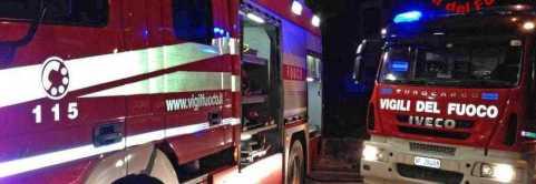 Per redazione Avellino. Altavilla Irpina (AV) 19-10-2012 vigili del fuoco in via Nuova, per un incendio di un'autovettura, Cayenne, parcheggiata sotto un condominio di quattro piani.