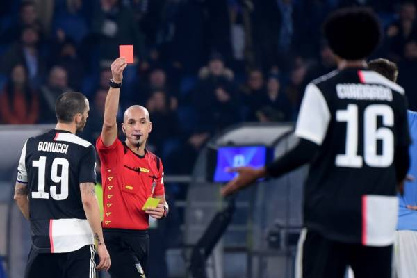 Italian referee Michael Fabbri gives a red card to Juventus' Colombian midfielder Juan Cuadrado (R) during the Italian Serie A football match lazio Rome vs Juventus Turin on December 7, 2019 at the Olympic stadium in Rome. (Photo by Filippo MONTEFORTE / AFP) (Photo by FILIPPO MONTEFORTE/AFP via Getty Images)