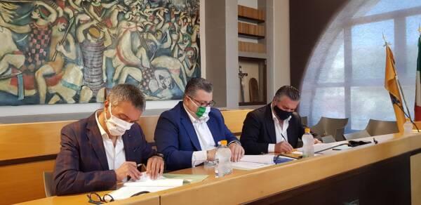 firma protocollo di intesa sindaci - da sin Spinelli - Coppola - Alfieri