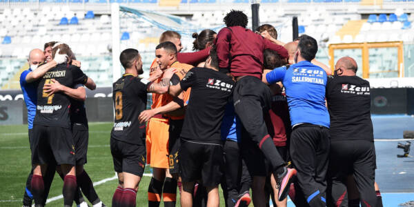 PESCARA, ITALY - MAY 10: US Salernitana players celebrate the 0-1 goal scored by Andre Anderson during the Serie B match between Pescara Calcio and US Salernitana at Adriatico Stadium on May 10, 2021 in Pescara, Italy.  (Photo by Francesco Pecoraro/Getty Images)