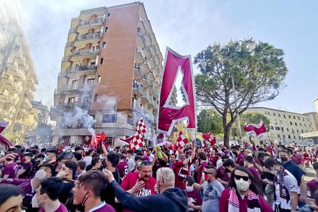 Tifosi a Salerno festeggiano la promozione della loro squadra in serie A grazie al successo per 3-0 sul campo del Pescara, e alla contemporanea sconfitta del Monza contro il Brescia, 10 maggio  2021. ANSA/ MASSIMO PICA