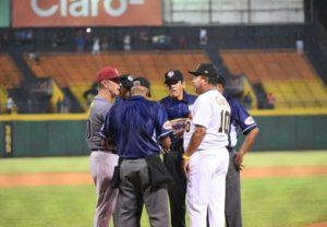La acostumbrada discusión de las reglas de juego antes del partido. A la izquierda el mánager de los Gigantes, Bobby Dickerson y a la derecha, el de las Águilas, Félix Fermín.