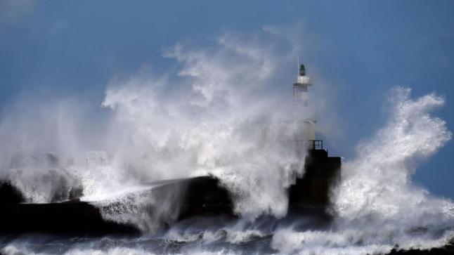 تحذير للبحارة..أمواج عاتية ورياح قوية تضرب هذه السواحل بالصحراء