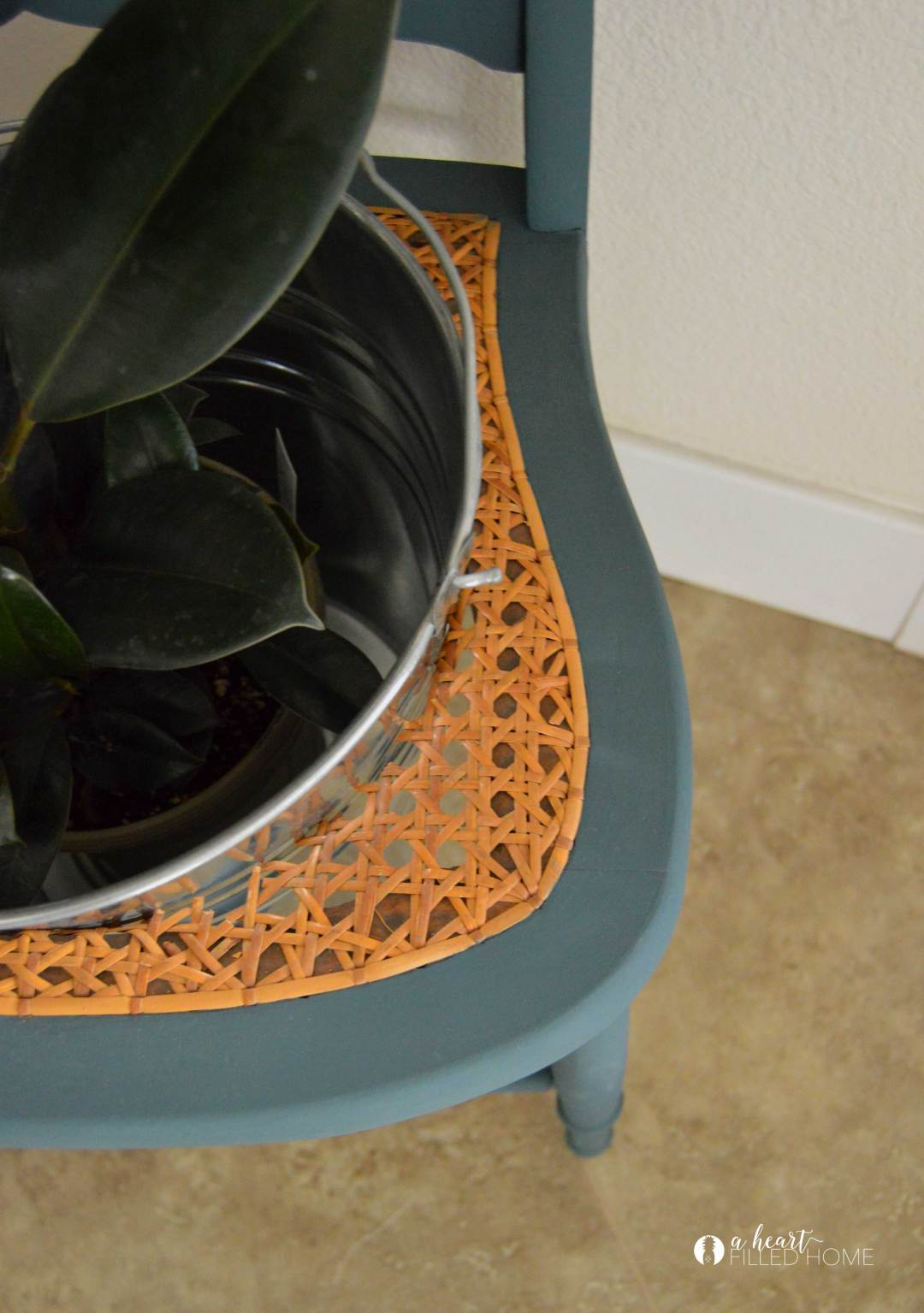 How to make a planter out of a vintage chair! This is such a great way to re-use a broken chair and give it a new purpose!
