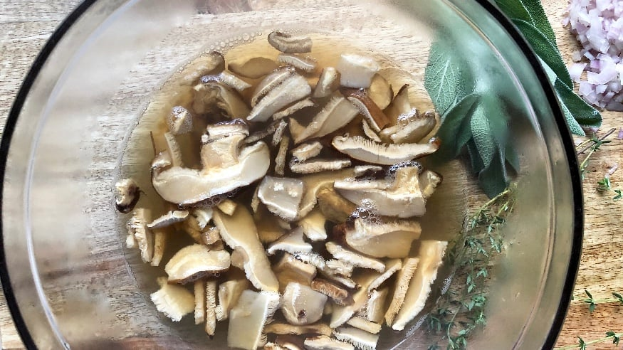 vegetarian mushroom herb gravy