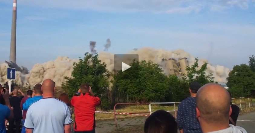 بالفيديو .. حجر طائش من جراء تفجير مبنى كاد يقتل شاب وصديقته