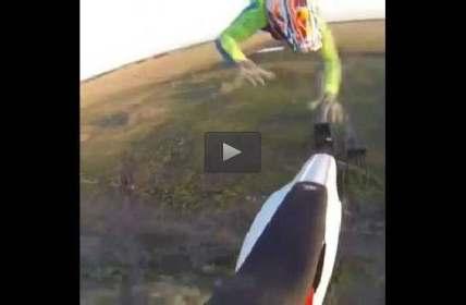 فيديو متسابق فاشل يفشل بالإمساك بدراجته أثناء تنفيذ قفزة في الهواء ثم يسقط بقوة