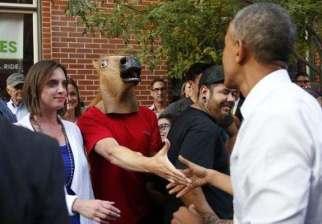 عام 2004 الرئيس باراك أوباما يصافح شخص يرتدي قناع كلب