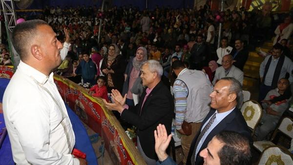 محافظ المنوفية يشهد عروض السيرك مع الأطفال احتفالاً بيوم اليتيم