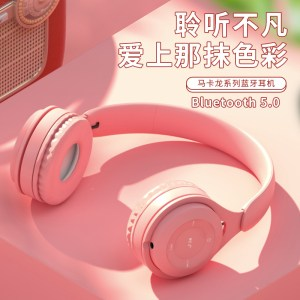 a generation of Maca faucet wearing Bluetooth headset student sports headset