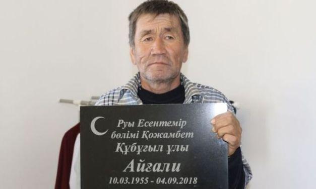 Homem enterrado pela família retorna para casa dois meses depois
