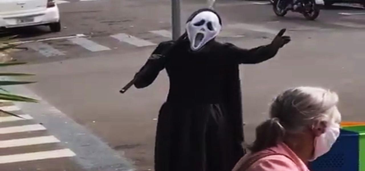 """Homem usa fantasia da Morte para """"expulsar"""" idosos das ruas no interior de SP"""