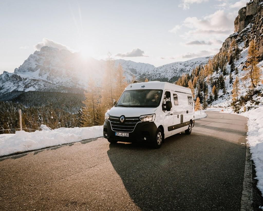 Van auf Schneelandschaft