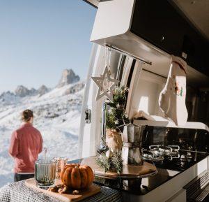 Küche mit offener Tür im Ahorn Camp Van 620