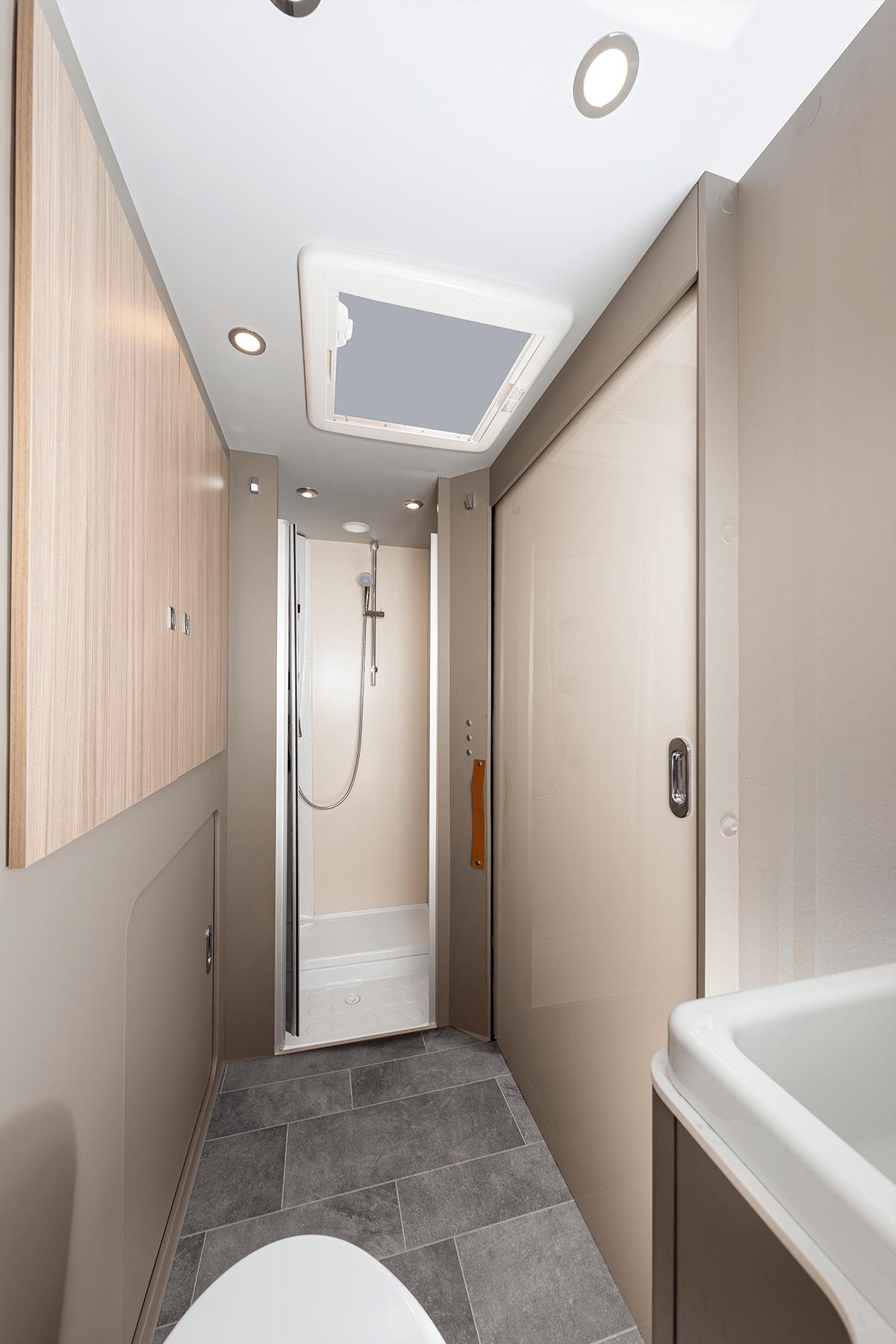 Das große helle Bad im ACT 640 ermögtlicht eine Trennung zwischen Dusche und WC.