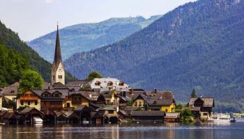 Panoramic-view-of-Hallstatt-village-and-lake-in-Austria