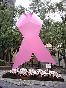 الشريط الوردي هو أبرز رموز التوعية بسرطان الثدي
