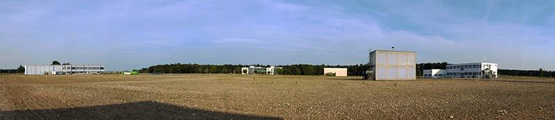 Nach den Abbrucharbeiten: ein freies Feld mit einigen wenigen Betriebsgebäuden