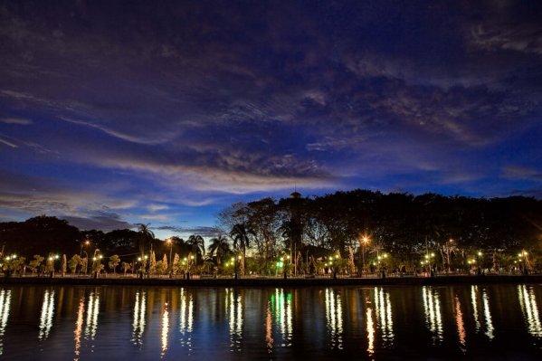 Taman Siring Banjarmasin saat Malam Hari oleh Delambert