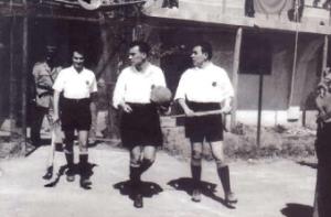 """1958 - Orazio Fattoracci con Renato Siddi (a destra) mentre entra sul """"Matusa"""" di Frosinone"""