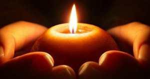 Una candela tra le mani.